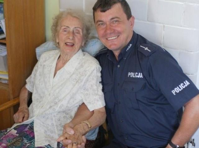 uratowana przez policjanta. Seniorka i funkcjonariusz, który uratował jej życie.