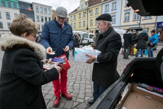 Również w tym roku bydgoszczanie spotkali się na Starym Rynku, aby podarować potrzebującym namiastkę świąt. Udało się zebrać ubrania, środki czystości i kosmetyki. Nie zabrakło również świątecznych przysmaków, takich jak sałatka warzywna, bigos, mandarynki. Cukiernia Rem Marco przekazała 35 pysznych świeżych tortów oraz kilkanaście babek czekoladowych i cytrynowych. >> Najświeższe informacje z regionu, zdjęcia, wideo tylko na www.pomorska.pl