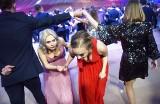 """Studniówka 2020 Zielona Góra. Zobacz, jak bawili się maturzyści z IV LO. Mamy zdjęcia z zabawy uczniów """"Lotnika""""!"""