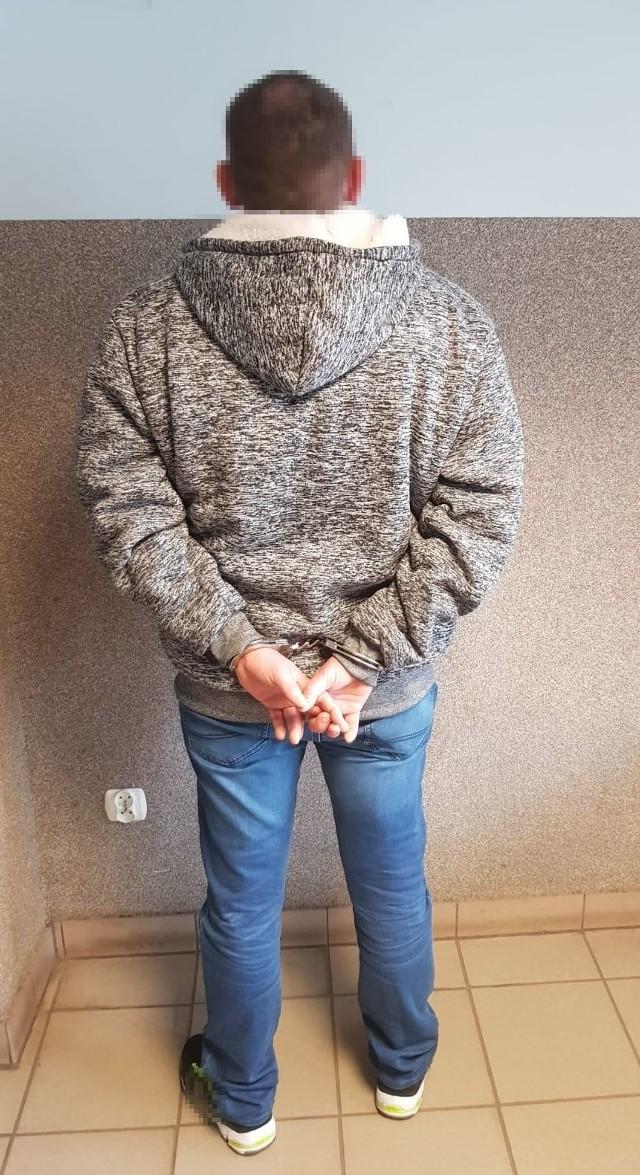 34-latek wpadł w jednym z wrocławskich mieszkań. Był zaskoczony obecnością policjantów i nie stawiał najmniejszego oporu.