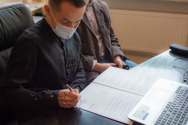 Dyrektor Marcin Józefaciuk podpisujący porozumienie w sprawie patronatu ze strony sklepu Leroy Merlin