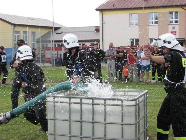 Bardziej sprawni od kandydatów na strażaków zawodowych są strażacy - ochotnicy. Tak walczyli o zwycięstwo w zawodach gminnych w Wąsewie.