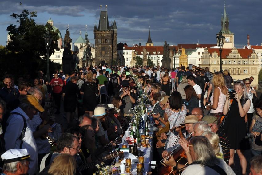 Czechy wygrały z koronawirusem. Skończyły się ograniczenia, Czesi nie muszą już nosić maseczek na twarzach (VIDEO)