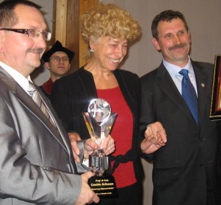 Prof. Gesine Schwan odebrała wyróżnienie z rąk burmistrza Ryszarda Bodziackiego (z lewej) i przewodniczącego Rady Miejskiej Piotra Kiedrowicza.