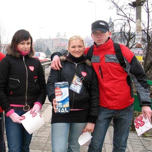 - Rzadko kto odmawiał nam pomocy. Ludzie byli do nas przyjaźnie nastawieni - mówią przemyscy wolontariusze. Na zdjęciu: uczniowie II LO w Przemyślu (od lewej): Karolina Jasina, Katarzyna Trojanowska i Mateusz Daćko.