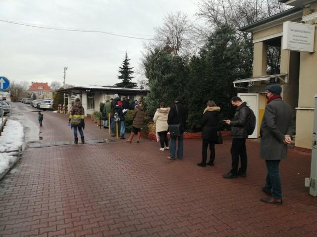 Kolejka przed kasami Biura Strefy Płatnego Parkowania przy ul. Pułaskiego - na zewnątrz w tym momencie stały 32 osoby