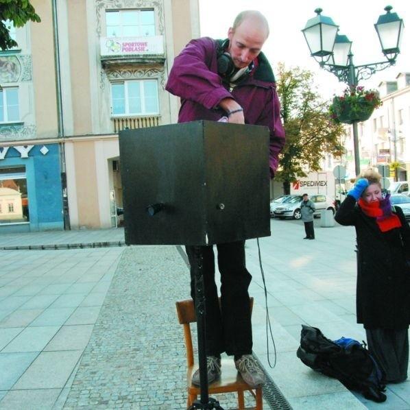 Białysztuk rozpoczął się dwoma performancami na placu miejskim