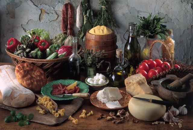 Osoby w starszym wieku nie powinny rezygnować ze świeżych owoców i warzyw. W miarę możliwości należy unikać żywności wysoko przetworzonej, pełnej chemicznych dodatków.