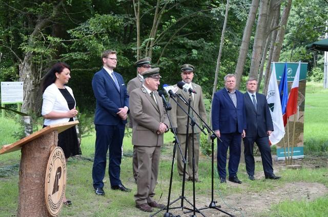 Otwarcie zbiornika retencyjnego w Ciochowicach. W uroczystości uczestniczył Minister Środowiska.Zobacz kolejne zdjęcia. Przesuwaj zdjęcia w prawo - naciśnij strzałkę lub przycisk NASTĘPNE