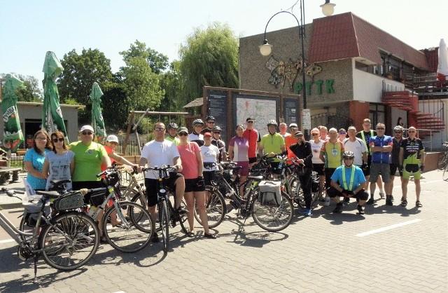 Kruszwicka grupa rowerowa była organizatorem wycieczki do Polanowic i Rechty. Uczestniczyli w niej turyści z Kruszwicy i Inowrocławia. Trasa wiodła po przepięknych nadgoplańskich terenach. Start i meta wycieczki zlokalizowane zostały na parkingu pod Mysią Wieżą. Po drodze cykliści odwiedzili spółkę Hodowla Zwierząt i Nasiennictwo Roślin w Polanowicach, po której oprowadził prezes Marek Kościński. Na miejscu na turystów czekała smaczna drożdżówka i ciepłe mleko. Kolejnym punktem na trasie wycieczki była drewniana świątynia św. Barbary i Najświętszej Maryi Panny Matki Kościoła w Rechcie. Po zwiedzeniu kameralnego kościółka grupa ruszyła w drogę powrotną. Pod Mysią Wieżę.