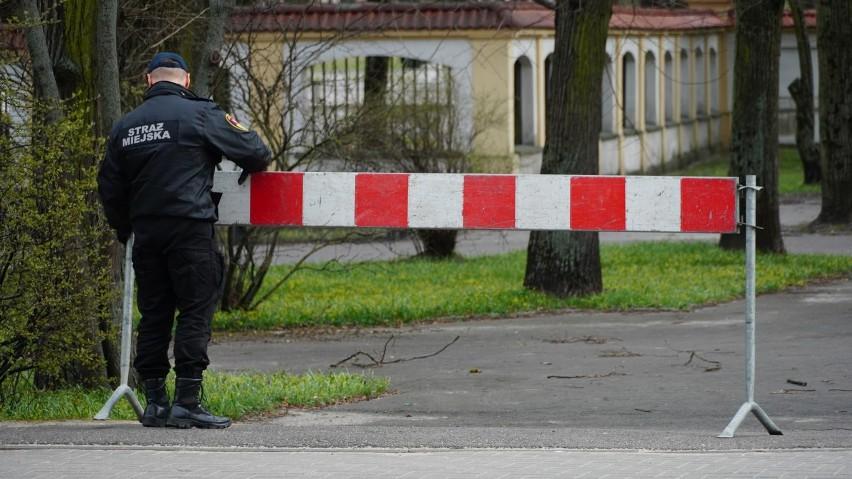 Kwiecień 2020. Strażnicy miejscy zamykają parki miejskie w...