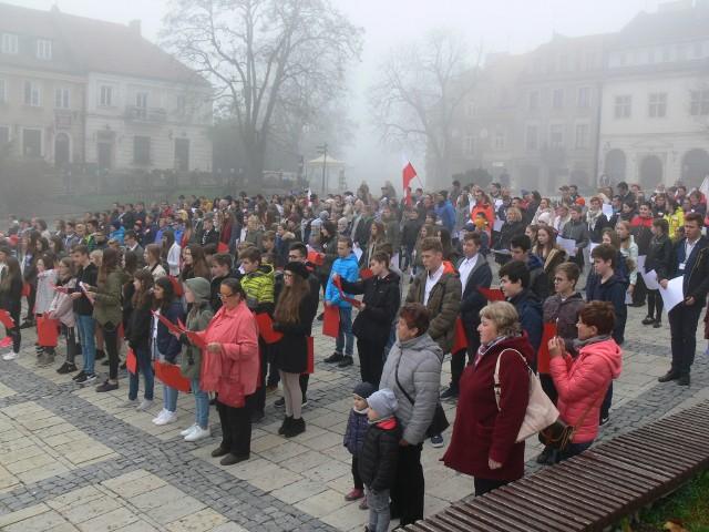 Ponad 350 osób punktualnie o godzinie 11.11 na Rynku Starego Miasta w Sandomierzu wspólnie zaśpiewało  hymn Polski.