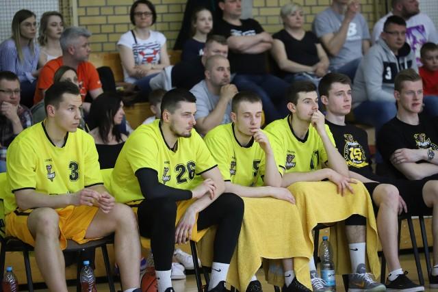 Maciej Parszewski (drugi od lewej), Michał Bombrych (trzeci od lewej) i Patryk Andruk (czwarty od lewej) w nowym sezonie mają dłużej przebywać na parkiecie.
