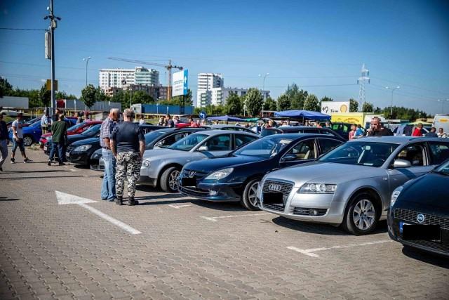 Jeśli szukasz używanego auta i w dodatku w atrakcyjnej cenie, to warto sprawdzać oferty komorników z całej Polski. Licytacje komornicze samochodów to okazja, której po prostu przegapić nie możesz. Zebraliśmy dla Was najlepsze okazje z licytacji komorniczych, jakie zaplanowano na najbliższe dni. Sprawdźcie w dalszej części galerii.