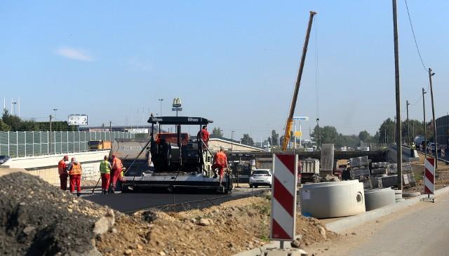 Na części głównej nitki DK 94 w Sosnowcu drogowcy zaczęli już układać nawierzchnię. Trwają też prace przy budowie wykopu, w którym pobiegnie droga.Zobacz kolejne zdjęcia. Przesuwaj zdjęcia w prawo - naciśnij strzałkę lub przycisk NASTĘPNE