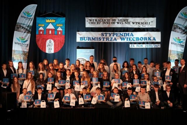 Wręczenie stypendiów 59 uczniom szkół gminy Więcbork za osiągnięcia edukacyjne w roku szkolnym 2020/2021