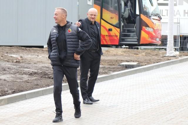 Trenerzy Ireneusz Mamrot (z przodu) i Maciej Bartoszek oceniają mecz Jagiellonii z Wisłą Płock