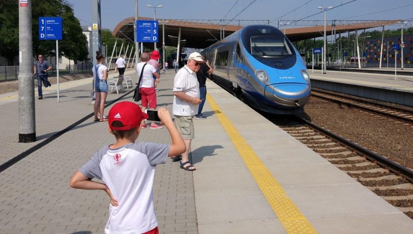 Dzieci poniżej 4 roku życia, mogą podróżować pociągami...
