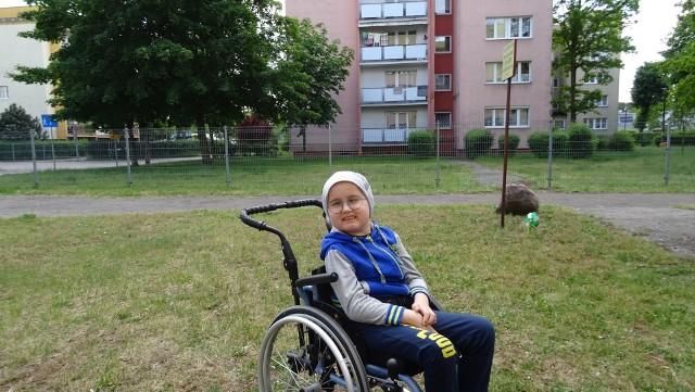 Bartek Gałczyński walczy z ciężką chorobą. Teraz dzięki temu, że ma wózek inwalidzki może wychodzić na spacery.