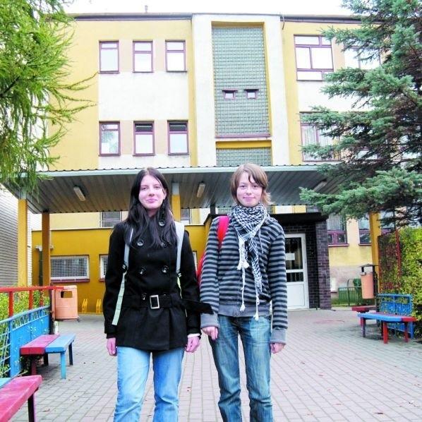 Ewelina (z lewej) i Dominika uczą się w III klasie Gimnazjum w sokólskim ZSI. – O wyborze patrona wiemy od dawna – mówią.