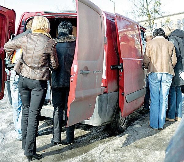 Piątek. Parking obok Urzędu Skarbowego. Urzędniczki kupują szklane komplety u obwoźnego sprzedawcy