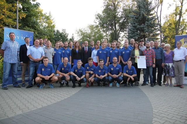 Wspólne zdjęcie zawodników, trenerów, działaczy i sponsorów TatrySki Podhala