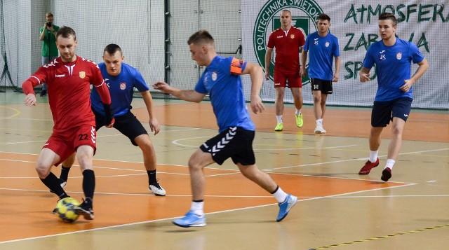 W niedzielę rozegrane zostały spotkania ósmej kolejki Kieleckiej Ligi Futsalu. Jak powiedział nam główny organizator Artur Obarzanek, było sporo emocji.Lider rozgrywek ISOVER MMW Szalunki nie dał szans drużynie PŚK Fabet Konstrukcje pokonując są aż 9:1.- Był to dla nas łatwy mecz. Dzięki dobrzej grze, między innymi w ofensywie uzyskaliśmy korzystny wynik. Niemal przez całe spotkanie mieliśmy przewagę. Walczymy o zwycięstwo w lidze, które z każdą koleją jest coraz bliżej - zaznaczył Dawid Surowiec, ISOVER MMW Szalunki.Wysokie zwycięstwo odniósł AKS Wzdół KrisMar, który w meczu oudsiderów rozgrywek pokonał Hydras 6:3.- Zaczęliśmy dobrze, graliśmy piłką, strzeliliśmy kilka bramek, a później opadliśmy po prostu z sił i przeciwnik to wykorzystał. Na szczęście na koniec i tak zwyciężyliśmy zdobywając cenne punkty. Nasz bilans nie jest zbyt dobry i bardzo nam potrzebne było to zwycięstwo - mówił Dominik Chrzanowski, AKS Wzdół KrisMar.Trzy punkty dopisał do konta AZS Politechnika Świętokrzyska, który wygrał ze Spartą Strawczynek 7:4.- Możliwie, że w naszą grę wdarło się zbyt wiele nonszalancji, co spowodowało, że zwycięstwo nie przyszło nam z łatwością, ale najważniejsze jest to, że wygraliśmy i dopisaliśmy do konta kolejne trzy punkty - mówił Jakub Tekiel, AZS Politechnika Świętokrzyska.Zwycięstwa zanotowały także AZS UJK Kielce, który pokonał Sport CK 2:0 oraz Instal-Luk, który zwyciężył z MJM Hurt-Detal 3:2.- Zagraliśmy w mocno osłabionym składzie, ale mimo przeciwności losu udało nam się odnieść zwycięstwo- powiedział Dominik Chaba, Instal-Luk.Podział punktów nastąpił w konfrontacji pomiędzy PW Duet Delikatesy Centrum Radlin i viGO! Quickpack Polska. Mimo, że losy spotkanie długo były sprawą otwartą, ostatecznie pojedynek zakończył się remisem 2:2.- Walczyliśmy w tym spotkaniu o komplet punktów. Byliśmy na dobrej drodze, żeby osiągnąć cel, bo prowadziliśmy już 2:0. Niestety zabrakło nam szczęścia i mecz zakończył się podziałem punktów - powiedział Krzysztof Stańczyk, vi