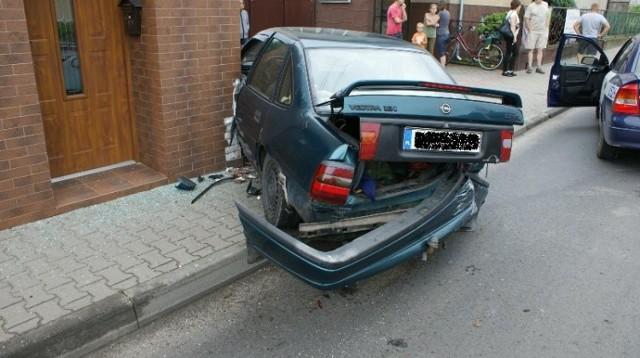 Wypadek w Zdunach: Samochód wbił się w budynek!