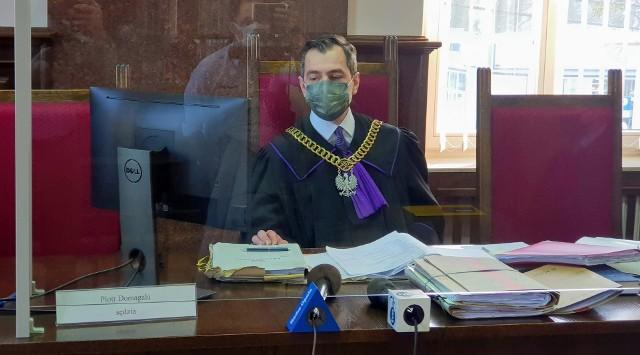 Sprawę prowadził sędzia Piotr Domagała. Sąd postanowił wyłączyć jawność procesu. Sam wyrok będzie jawny.