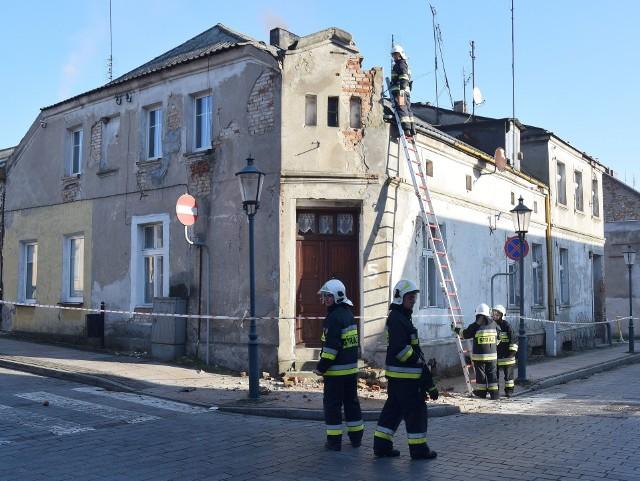 Ludzie zaalarmowali strażaków, że z dachu zrujnowanego budynku spadają cegły. Strażacy, pod okiem Powiatowego Nadzoru Budowlanego w Świeciu, usuwają niebezpieczne elementy.