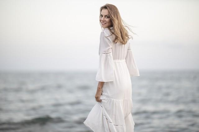 Najmodniejsze sukienki na lato 2021. Długie sukienki na lato to hit. Są romantyczne, zwiewne, bardzo kobiece i bardzo wygodne. Długa sukienka to modna i najbardziej kobieca kreacja na lato 2021!Do wyboru są zarówno klasyczne, jak i nowoczesne a nawet ekstrawaganckie modele sukienek maxi na lato. Długa sukienka jest bardzo uniwersalna i pasuje na wszystkie okazje. Sukienki maxi przestały być kojarzone jedynie z wielkimi wyjściami, jednak wciąż są synonimem elegancji i klasy. Długie sukienki doskonale sprawdzą się również w codziennych stylizacjach - do pracy czy na plażę. Wybór długich sukienek jest ogromny - romantyczne sukienki maxi w stylu boho, sukienki kopertowe, koszulowe, kwiatowe a nawet plisowane, które wydłużają i wysmuklają sylwetkę.Szukasz pomysłu na letnią sukienkę i modną kreację na lato? W naszej galerii znajdziesz inspirację na najmodniejsze długie sukienki - hit lata 2021!Aby zobaczyć najmodniejsze sukienki na lato 2021, przejdź do galerii zdjęć. Może znajdziesz sukienkę idealną dla siebie >>>>>