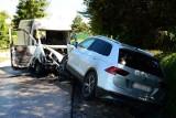 Po zderzeniu dostawczego busa z osobówką w Odrzykoniu doszło do pożaru. Jedna osoba poważnie ranna [ZDJĘCIA]