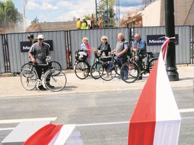 Toruńscy rowerzyści również przyglądali się oficjalnemu otwarciu odnowionej alei Solidarności. Na zdjęciu grupa cyklistów czeka na oficjalne przecięcie wstęgi przez oficjeli