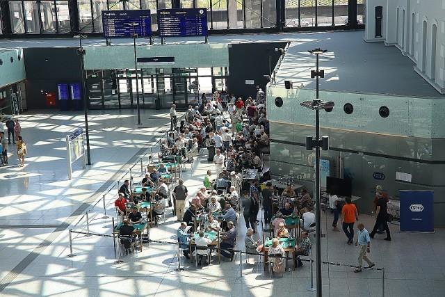 Podróżni ze zdziwieniem przyglądali się osobom, które grały w karty przy zielonych stolikach na dworcu Łódź Fabryczna. CZYTAJ DALEJ >>>>
