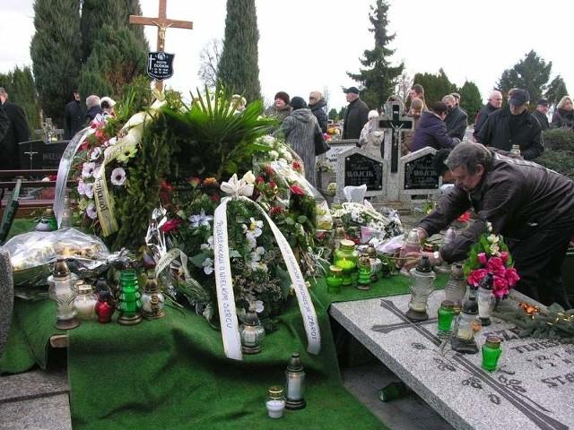 - Podróżnikowi o wielkim sercu - głosiły napisy na wieńcach składanych na grobie Piotra Dudkina.