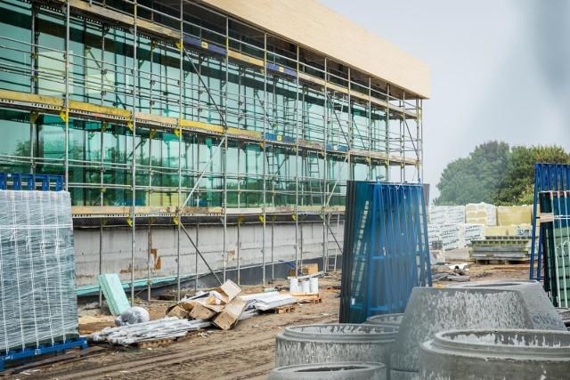 Najprawdopodobniej z początkiem przyszłego roku będzie można już korzystać z basenu, który powstaje właśnie przy Zespole Szkół nr 5 na Kapuściskach. Zajrzeliśmy na plac budowyNa początku 2019 roku ma zostać oddany do użytku basen, a właściwie park wodny, który powstaje przy Zespole Szkół Ogólnokształcących przy ul. Szarych Szeregów. W obiekcie znajdą się między innymi 6-torowy basen o wymiarach 25  na 12,5 m, a także niecka rekreacyjna o powierzchni ponad 140 m kw. z atrakcjami (sztuczna rzeka, zatoka sztucznej fali, masaż karku, gejzer, masaż podwodny, masaż perełkowy), do tego dwie niecki jacuzzi i brodzik dla najmłodszych dzieci o głębokości 30 cm. Na basenie przewidziano też 50-metrową zjeżdżalnią rurową zewnętrzną z wanną hamowną, dwustopniowe trybuny dla widzów na 105 miejsc i siedziska dla zawodników i trenerów (48 miejsc), a także szatnie, sanitariaty i dwie sauny fińskie z natryskami schładzającymi. Na piętrze zlokalizowane będą: sala fitness, siłownia, przebieralnie, pomieszczenia trenerów i gospodarcze. Koszt tej inwestycji to ponad 24 mln zł.Sportowe Wydarzenie Weekendu - odcinek 2.