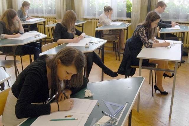 Gimnazjaliści z Gimnazjum nr 9 w Rzeszowie w trakcie pisania egzaminu z matematyki.