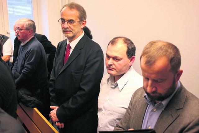 Paweł Rey (z lewej) i Grzegorz Nicia (w białej koszuli) zostali skazami w I instancji na kary więzienia w zawieszeniu i grzywnę. Chcą się odwołać, ale muszą czekać na uzasadnienie wyroku