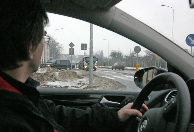Aby skręcić z Wrocławskiej w Paderewskiego, trzeba mocno wychylić się zza zakrętu.