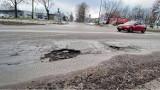 Zima podziurawiła drogi w Gorzowie. W niektórych miejscach można urwać koło