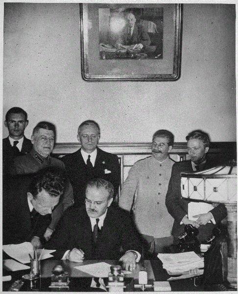 Europejski Dzień Pamięci Ofiar Stalinizmu i Nazizmu przypada 23 sierpnia, w rocznicę podpisania paktu Ribbentrop-Mołotow