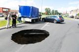 Wielka dziura na ul. Wiosennej w Szczecinie. By naprawić awarię kanału, usuną asfalt