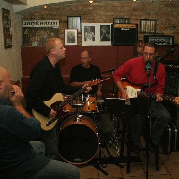 Sławek Pyrko (z lewej) zagrał zamiast Michała Kielaka z muzykami zespołu Kasa Chorych