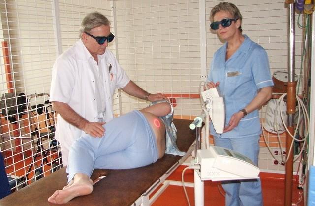 Pacjentka Barbara Szulc przechodzi zabieg laseroterapii. Z prawej - fizjoterapeutka Hanna Figalska, z lewej ordynator oddziału neurochirurgii grudziądzkiego szpitala Adam Zaborowski