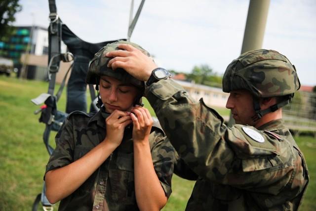 Armia planuje w przyszłym roku powołać na przeszkolenie nawet 200 tysięcy rezerwistów. W tej liczbie miałyby się znaleźć osoby powołane na kursy oficerskie i podoficerskie oraz ochotnicy.WIĘCEJ NA KOLEJNYCH STRONACH>>>