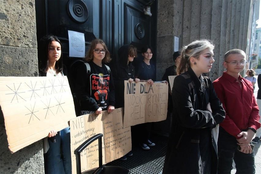 Protest przeciwko Ministrowi Czarnkowi pod II Liceum...