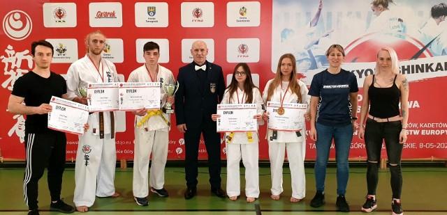Zawody w Nakle Śląskim. Sosnowiecki Klub Karate po raz kolejny wywalczył sukces. Zobacz kolejne zdjęcia. Przesuń zdjęcia w prawo - wciśnij strzałkę lub przycisk NASTĘPNE