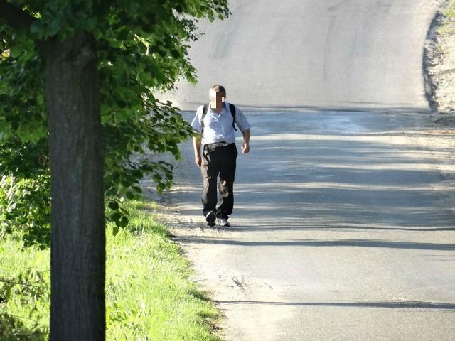 Pan Niewidomy w drodze do swojego domu w Dolsku.