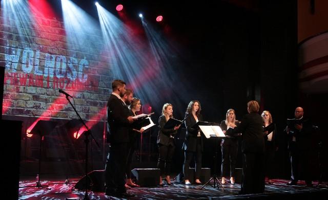 """Koncert przygotowany został z udziałem dwóch grudziądzkich zespołów: zespołu wokalnego Contrapunkt oraz zespołu instrumentalnego Sweet Accordion. Muzycy przygotowali repertuar nawiązujący do historycznych wydarzeń związanych z """"Cudem nad Wisłą"""" oraz Europejskimi Dniami Dziedzictwa, odbywającymi się w roku 2020 pod hasłem """"Moja droga"""". Koncert swoim wyrazem łączył szeroko rozumianą tematykę związaną z wolnością."""