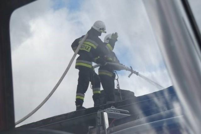 Jak informuje Andrzej Macedoński, komendant gminny OSP, jedno z pomieszczeń na poddaszu zostało zadymione, strażacy przeprowadzili symulację ewakuacji i prowadzenia akcji gaśniczej.